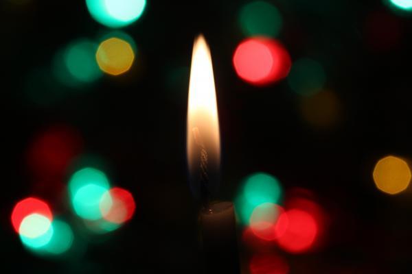 foto kaars met lichtjes op achtergrond d-a-v-i-d-s-o-n-l-u-n-a-180631-unsplash